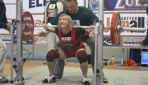 Rok 2008. MISTRZYNI POLSKI JUNIOREK (do lat 23 w Wyciskaniu Sztangi Leżąc i Trójboju Siłowym) podczas wykonywania przysiadu z ciężarem 125 kg